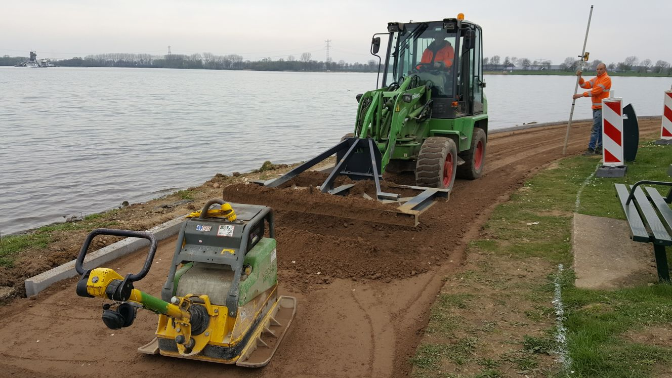 Aanleg asfaltpad met oeverbescherming
